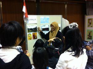 Saleha saat Memperkenalkan Indonesia kepada Murid-murid Jepang